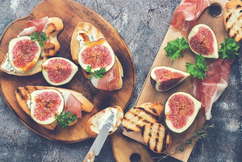 Ветчина с смоквами Свежие смоквы с ветчиной и сыром аппетитная заедк Взгляд сверху подкрашивано стоковая фотография