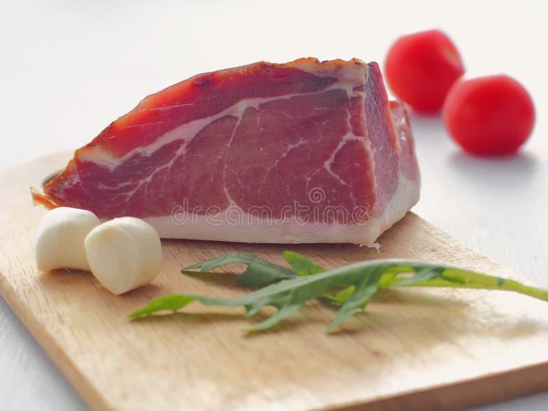 Ветчина с сыром моццареллы и свежими листьями arugula на деревянной доске Здоровая концепция еды стоковые фото