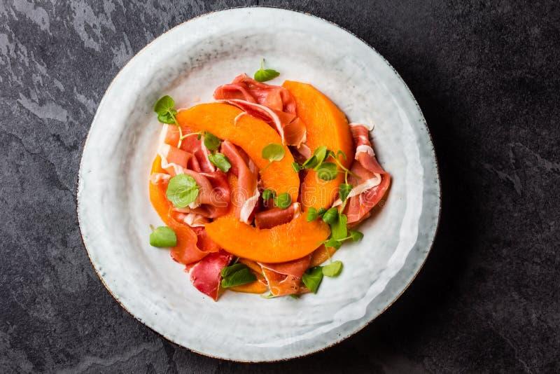 Download Ветчина Serrano Jamon, дыня и салат Arugula на серой плите Стоковое Изображение - изображение насчитывающей иберийско, closeup: 81802649