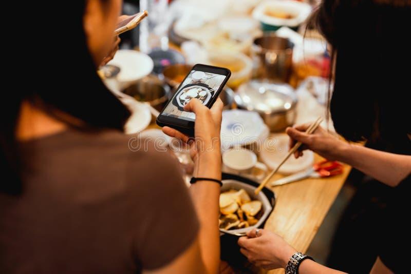 Вечеринка для друзей-девушек в доме, где снимают новый японский лапша на домашней странице в социальных сетях стоковые изображения