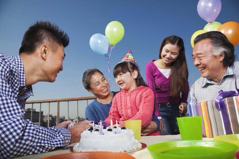 Вечеринка по случаю дня рождения, семья мульти-поколения имея потеху, цветастую стоковое изображение rf