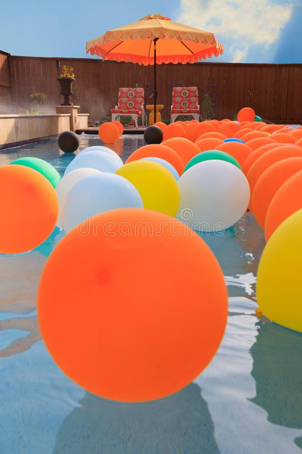 Вечеринка у бассейна лета с воздушными шарами стоковое изображение rf