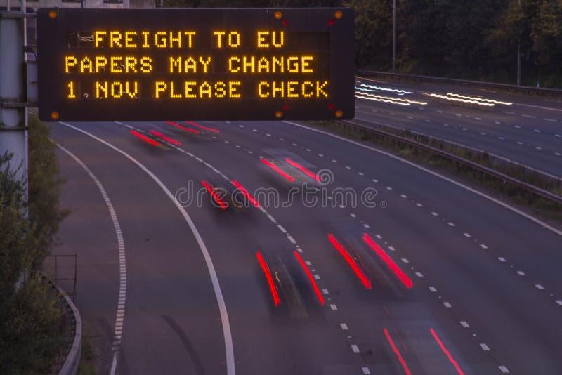 Вечерний выстрел для сигнализации автомагистрали Великобритании Brexit Freight стоковое изображение