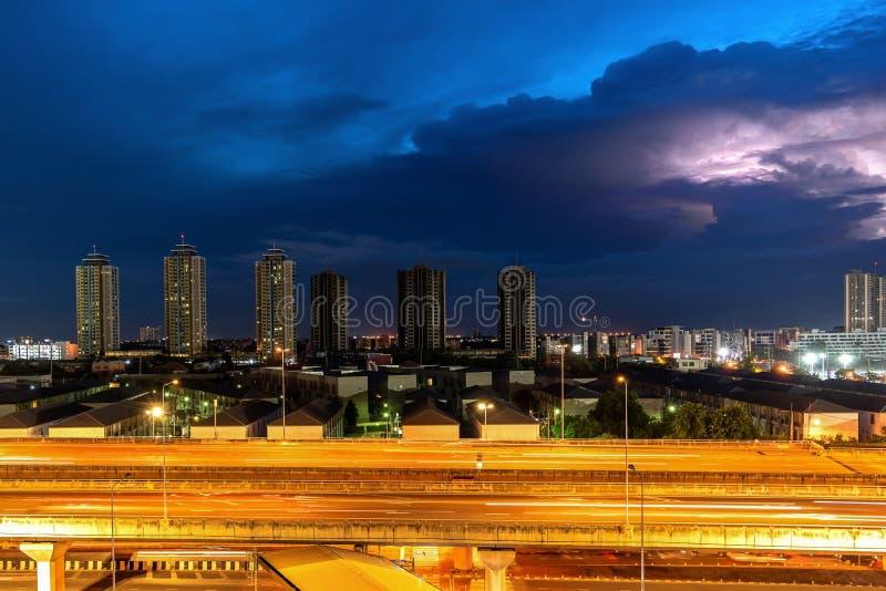 Вечером бурить город в пурпурном свете стоковые фотографии rf