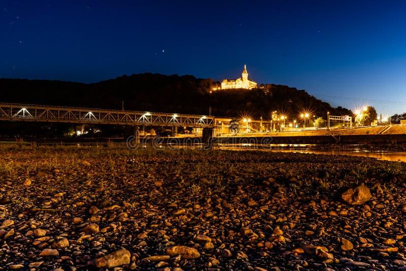 Вечер в городке над рекой стоковое изображение