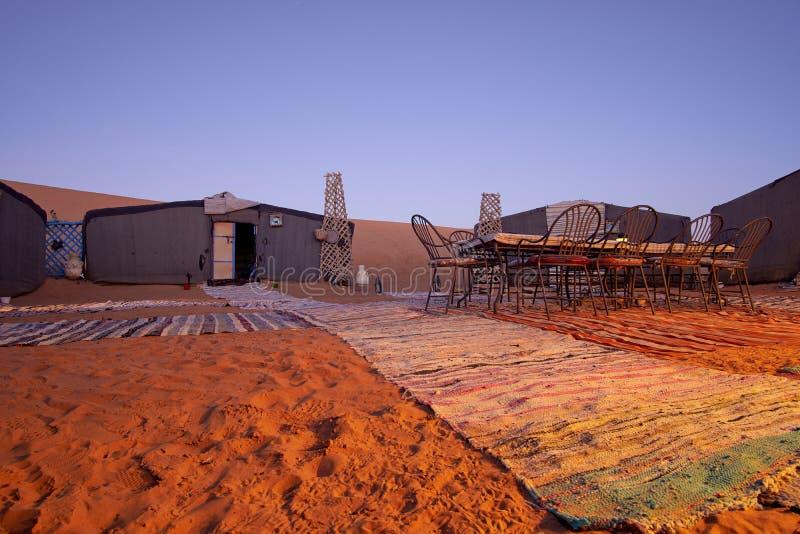 Вечер в месте пустыни располагаясь лагерем с шатрами стоковое изображение