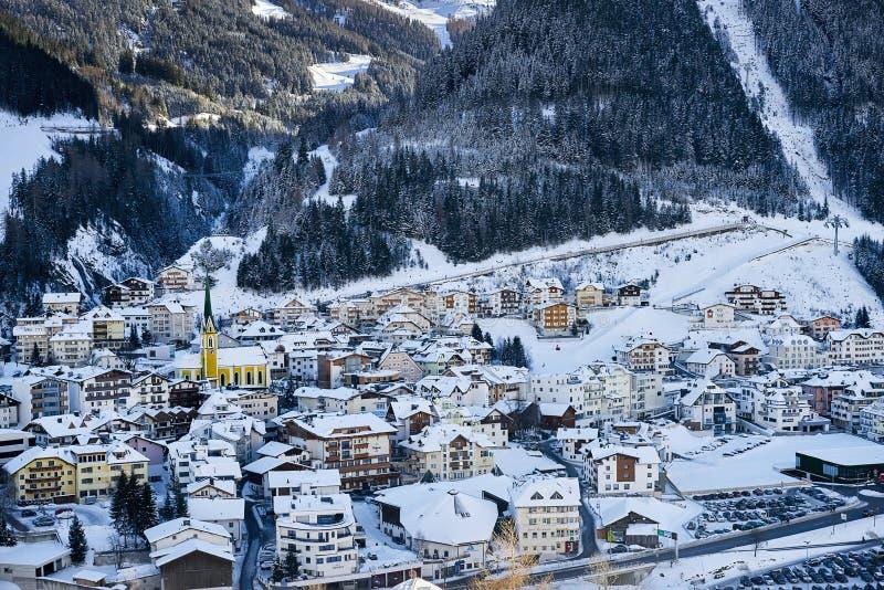 Вечер зимы в лыжном курорте Ischgl в Тироле Альпах Городок покрытый снегом расположен среди гор и его ` s получая темное очень ск стоковые изображения