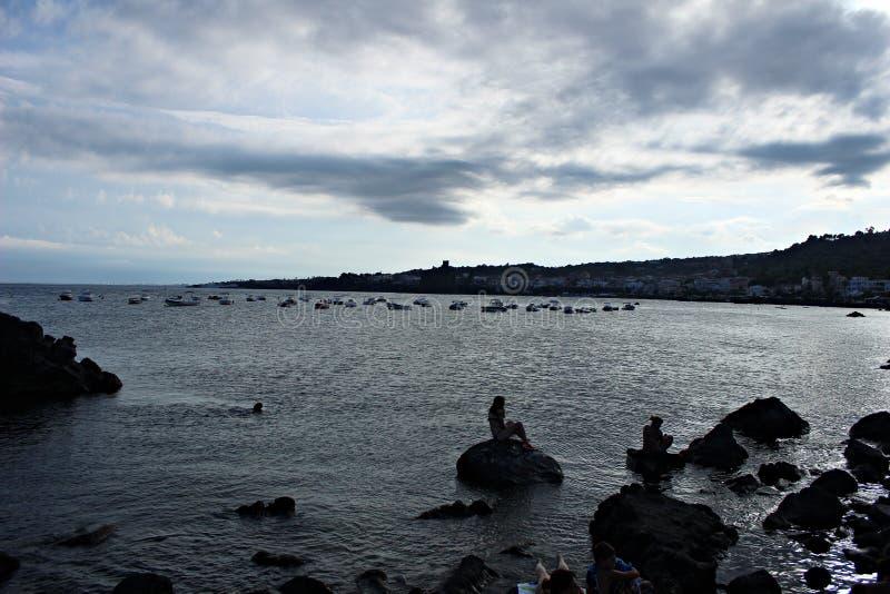 Вечер Италии, Сицилии в заливе циклопов стоковое фото