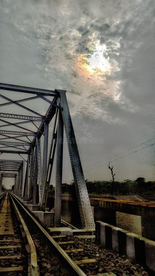 Вечер от железнодорожного моста стоковые фото