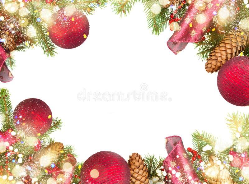 Вечнозеленое дерево с красными украшениями и конусами рождества стоковая фотография rf