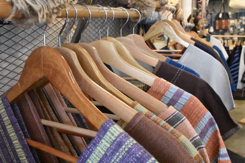 Вешалки одежд в магазине стоковое фото rf