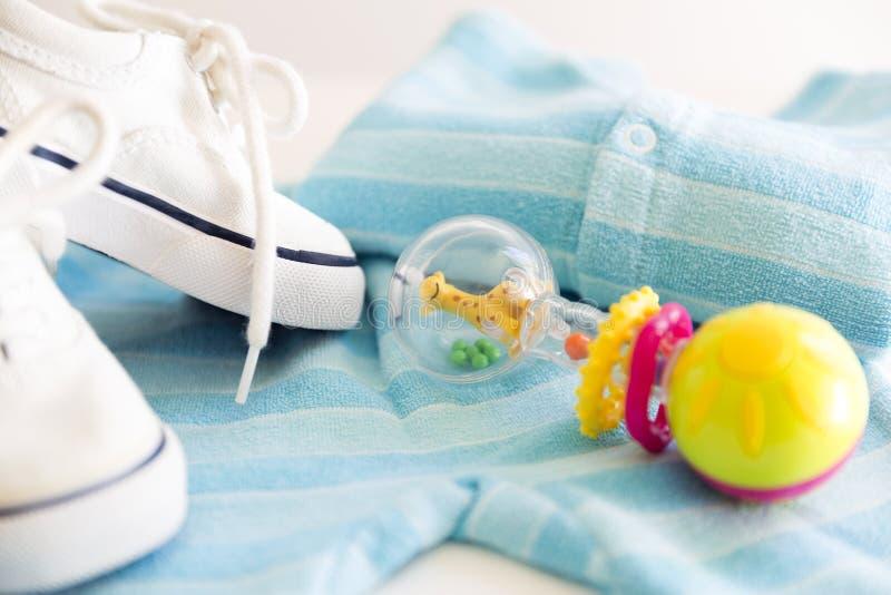 Вещество младенца на белой предпосылке Вещи для мальчика, ratt стоковая фотография
