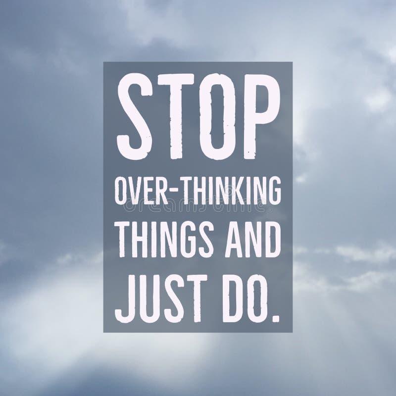 Вещи вдохновляющего мотивационного стопа ` цитаты сверх-думая и как раз делают ` стоковая фотография rf