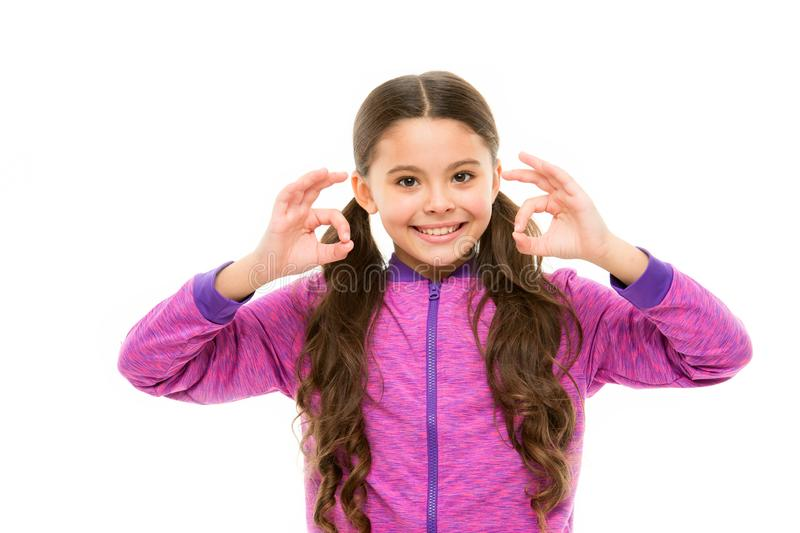 Вещи идя быть alright Сторона ребенка девушки счастливая пока предпосылка жеста ок шоу белая Ребенк удовлетворяемый со всем стоковая фотография rf