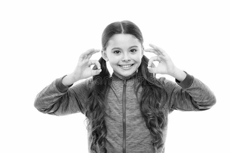 Вещи идя быть alright Сторона ребенка девушки счастливая пока предпосылка жеста ок шоу белая Ребенк удовлетворяемый со всем стоковые фотографии rf