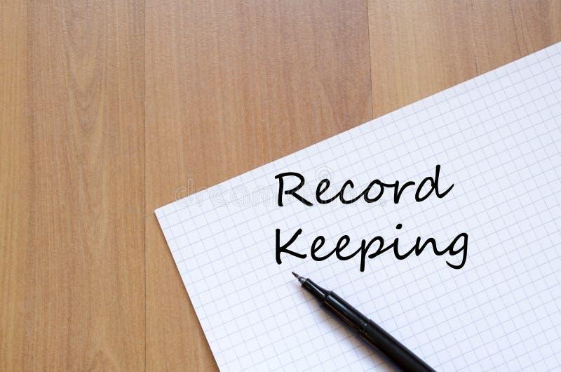 Ведение учетной документации пишет на тетради стоковые изображения
