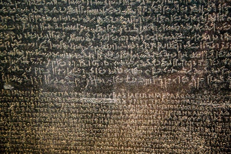 Великобритания, Лондон - 8-ое апреля 2015: известный камень rosetta в макросе великобританского музея стоковое фото