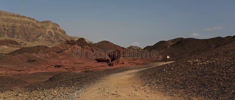 Величает и половинная горная порода на парке Timna, Израиле стоковые фотографии rf