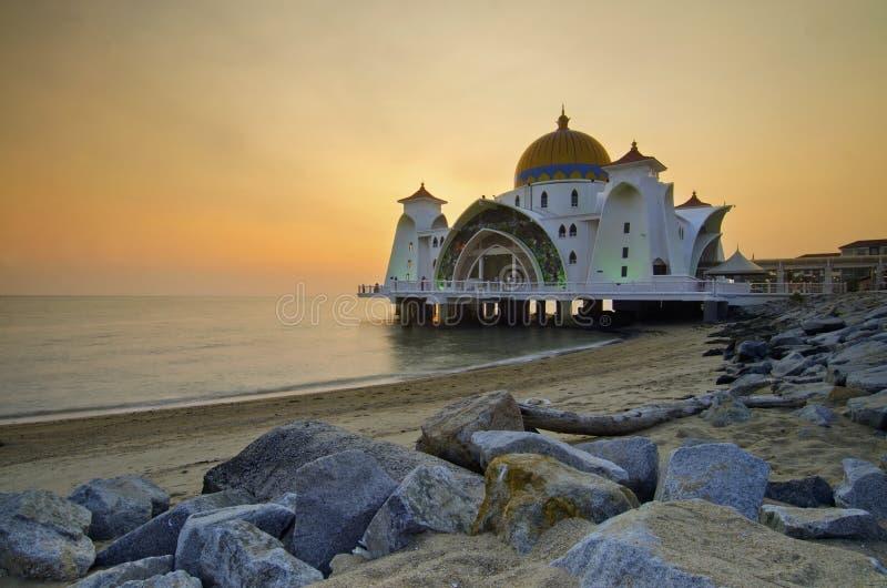 Download Величественная плавая мечеть на проливах Малаккы во время захода солнца Стоковое Фото - изображение насчитывающей минарет, вера: 37926686