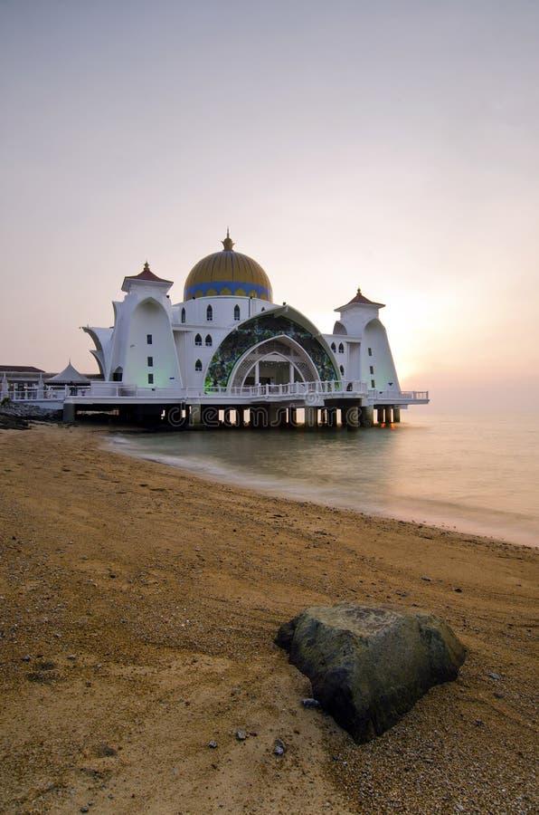 Download Величественная плавая мечеть на проливах Малаккы во время захода солнца Стоковое Изображение - изображение насчитывающей памятник, минарет: 37927455