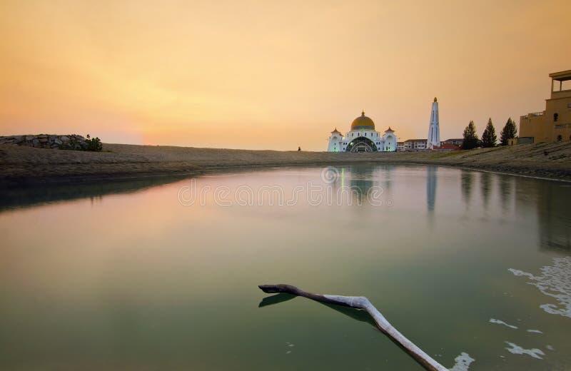 Download Величественная плавая мечеть на проливах Малаккы во время захода солнца Стоковое Фото - изображение насчитывающей купол, ashurbanipal: 37928096