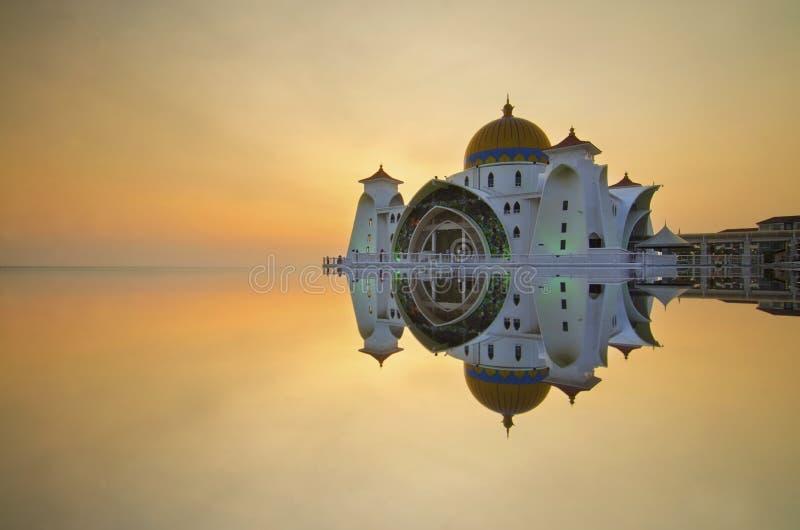 Download Величественная плавая мечеть на проливах Малаккы во время захода солнца Стоковое Фото - изображение насчитывающей ведущего, вечер: 37931506