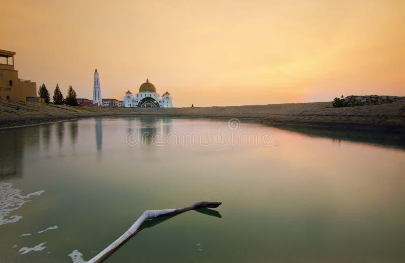 Download Величественная плавая мечеть на проливах Малаккы во время захода солнца Стоковое Изображение - изображение насчитывающей backhoe, ведущего: 37931751