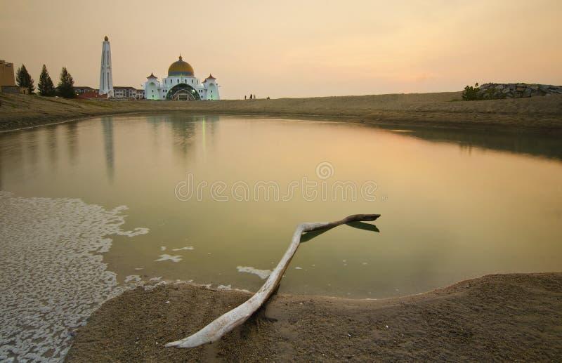 Download Величественная плавая мечеть на проливах Малаккы во время захода солнца Стоковое Фото - изображение насчитывающей мечеть, istanbul: 37931864