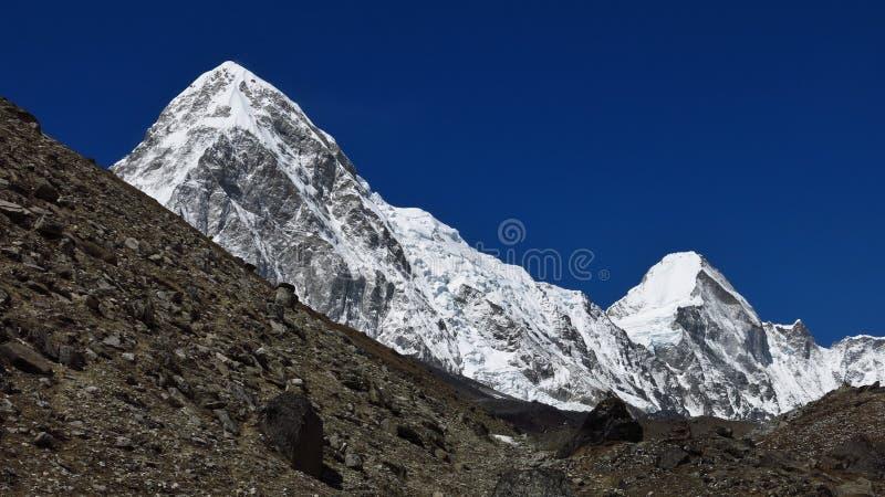 Величественный Mt Pumori стоковые изображения