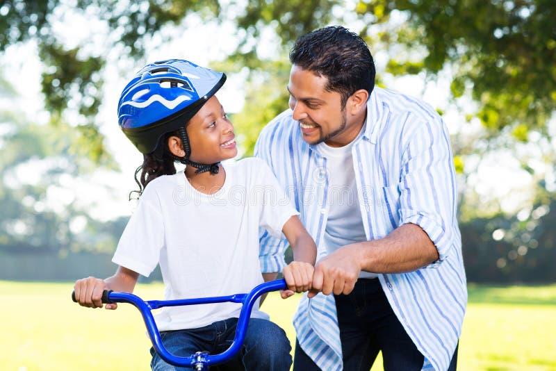 Велосипед езды дочери отца стоковое изображение rf