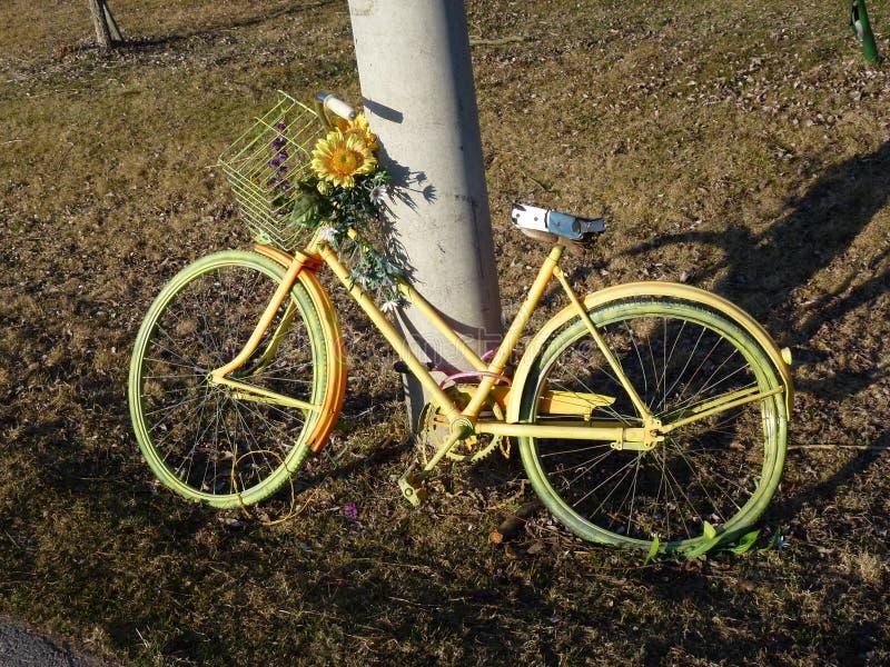 велосипед желтый цвет стоковые изображения
