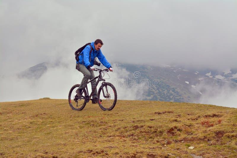 велосипед задействуя гора холма вверх стоковое фото