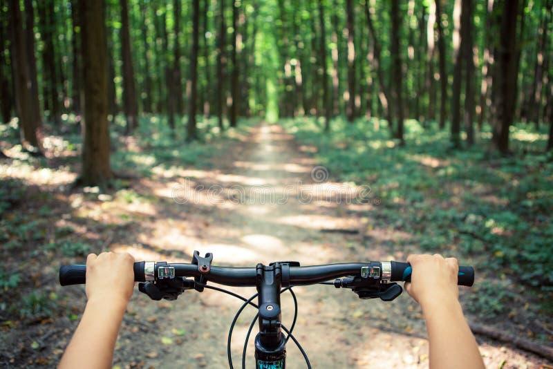 велосипед задействуя гора холма вверх стоковая фотография