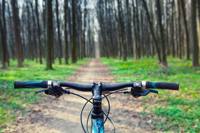 велосипед задействуя гора холма вверх стоковые изображения