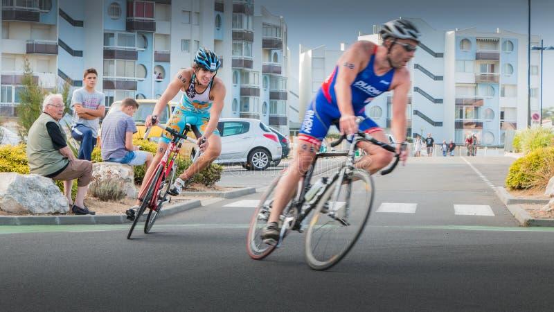 Велосипедисты в кривой во время дороги велосипед гонка стоковые изображения rf