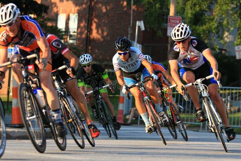 Велосипедисты делают поворот стоковые фотографии rf