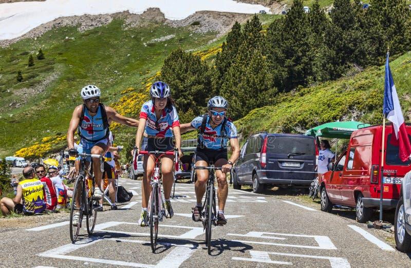 Велосипедисты дилетанта в горах Пиренеи стоковая фотография rf