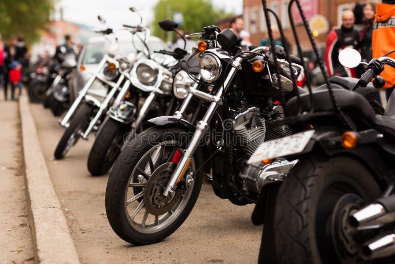 Велосипедисты мотоцилк в городе стоковые изображения rf