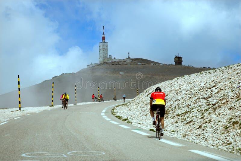 Велосипедисты на дороге на пути к верхней части Ventoux устанавливают стоковое изображение