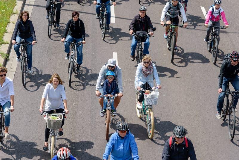 Велосипедисты проходят парадом в Магдебурге, Германии am 17 06 2017 День действия Отец и сын принимать парад велосипедов стоковое фото