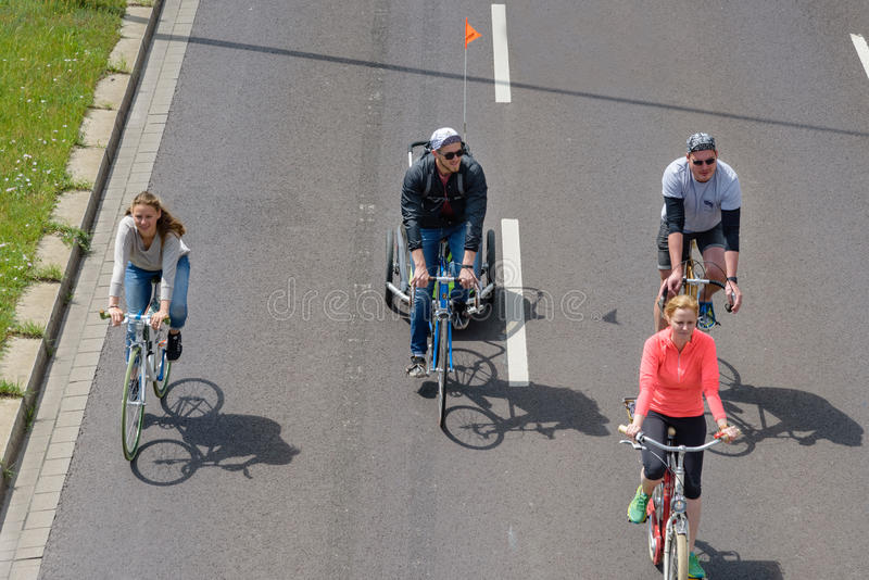 Велосипедисты проходят парадом в Магдебурге, Германии am 17 06 2017 День действия Велосипеды езды семей в параде стоковая фотография rf