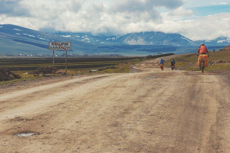 Велосипедисты путешествуя в горах Georgia красивейшая природа lifestyle стоковая фотография