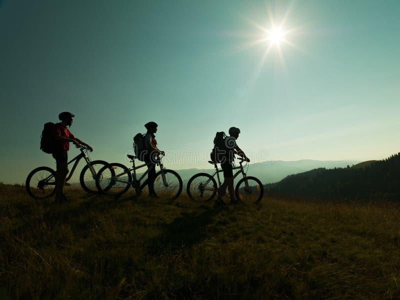 Велосипедисты с горным велосипедом стоковое изображение rf