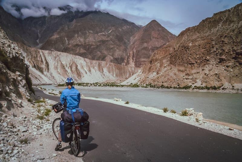 Велосипедист восхищая взгляд стоковое фото