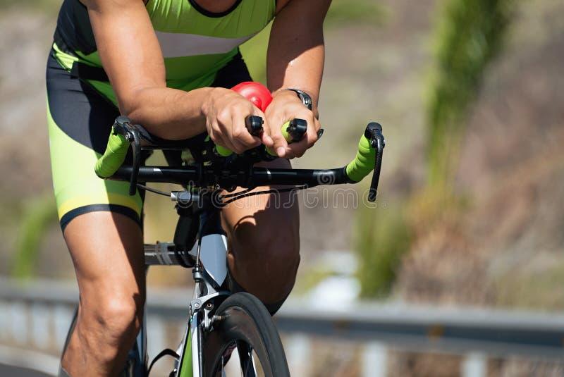 Велосипедист в гонке на велосипеде дороги стоковое фото