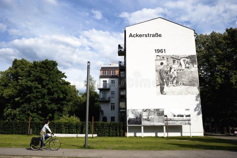 Велосипедист в улице Берлина, Германии стоковые фото