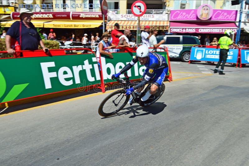 Велосипедист гонок накрененный сверх в пробе времени TT стоковые фотографии rf
