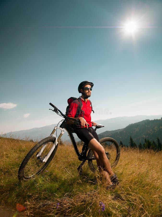 Велосипедист горы восхищая ландшафт стоковые изображения rf
