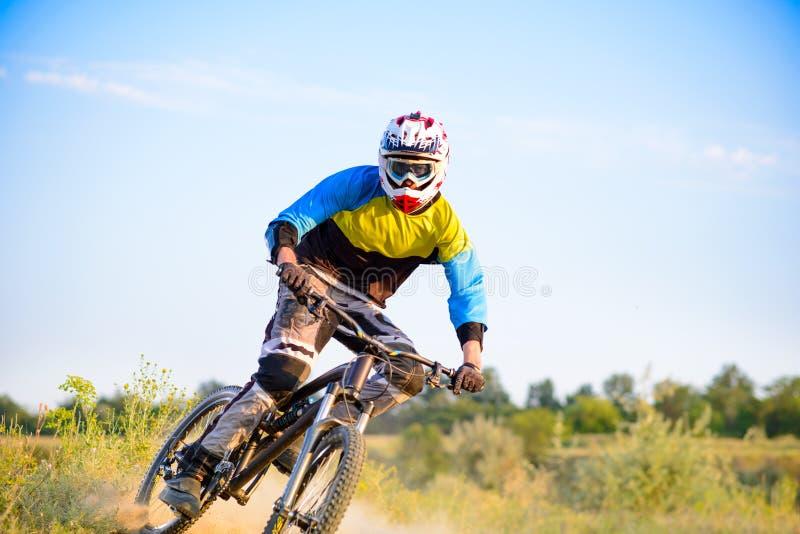 Велосипедист ехать горный велосипед на следе стоковые изображения