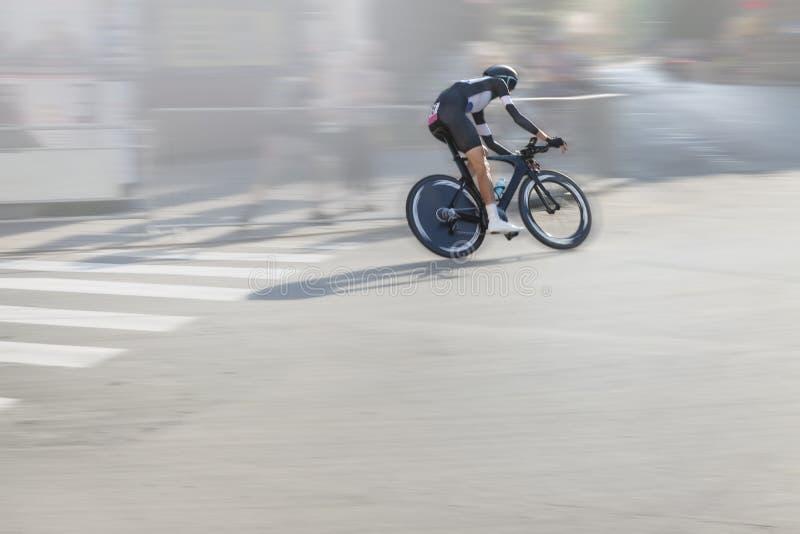 Велосипедист индивидуального времени пробный на улице стоковые изображения